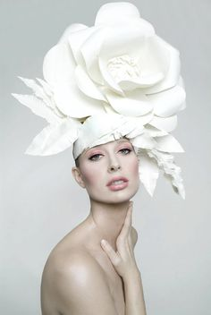 The biggest damned rose hat you've ever seen. Not the colour, the actual flower shape. Flower Hats, Flower Crown, Costume Carnaval, Fascinator Hats, Fascinators, White Fascinator, Crazy Hats, Braut Make-up, Church Hats