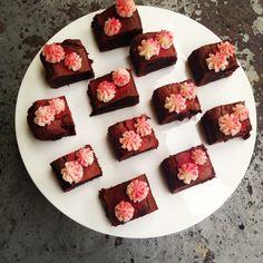 Brownies with raspberries and lemoncreme