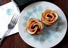 Baked Apple Roses With Puff Pastry - My Cooking Journey Easy Puff Pastry Desserts, Puff Pastry Recipes, Just Desserts, Baked Apple Roses, Easy Baked Apples, Bean Cakes, Roasted Butternut Squash Soup, Crumble Topping, Different Recipes