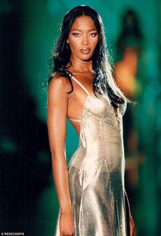 Naomi Campbell sizzles in Versace gown at Green Carpet Fashion Awards - Runway star: Naomi is shown in Versace in 1994 during a fashion show - 90s Fashion, Couture Fashion, Runway Fashion, Fashion Models, Fashion Women, Luxury Fashion, Fashion Outfits, Top Models, Runway Models