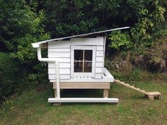 Pallet Coop House, perfect for me! I'm trying to get chickens the cheap way, and I just found out how! :)