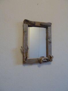 Spiegel aus Treibholz.  Angeschwemmtes Treibholz der spanischen Atlantikküste. Rahmen aus einem Treibholzbrett gefertigt und mit ausgewählten Treib...