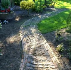 Atmospheric application of semi-baked pastries Source by jorienjanssen Garden Paving, Garden Paths, Garden Beds, Home And Garden, Outside Living, Outdoor Living, Small Gardens, Outdoor Gardens, Brick Paving