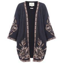 Liebt ihr den Kimono-Look, habt aber keine Ahnung, wie ihr ihn stylen könnt, ohne dass er nach Morgenmantel aussieht?  Wir verraten die wichtigsten Tipps!