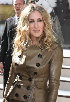 The casual defined waves in this hairstyle dangle just past shoulder level. A middle part separates the two sides as the forehead is visible with this bang-less style. She is sporting a fitted leather jacket here at London Fashion Week Spring/Summer 2011 – Burberry Prorsum. More on Sarah Jessica Parker Medium Length Waves