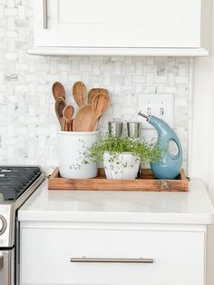 Kitchen counters are such clutter collectors. Here are great ideas for how to use and decorate kitchen counters for function as well as beauty. Kitchen Decor, Kitchen Vignettes, New Kitchen, Kitchen Countertops, My Tumblr, Beautiful Kitchens, Home Kitchens, Laundry Room, Beautiful Places