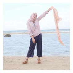 "12.3k Likes, 49 Comments - hamidah rachmayanti (@hamidahrachmayanti) on Instagram: ""pose santai di pantai byar nyantai 🐋 maap muka lg menikmati bgt 😂 Top: @raisya_id ( foto beneranya…"""