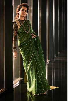 The latest Indian saree designs look-book is here! Take a look at some of the most amazing and new-age styles of draping your regular saree like a diva! Sari Design, Mode Bollywood, Bollywood Fashion, Bollywood Saree, Bollywood Actress, Sabyasachi Sarees, Indian Sarees, Anarkali, Lehenga