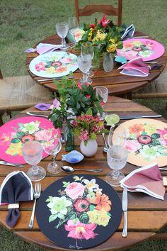 Almoço no jardim com sousplats florais lindos de viver. Mesa alegre e convidativa. Todos os clicks no blog!