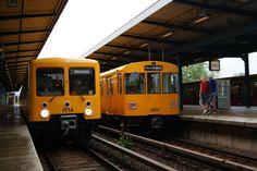 Treffen von alt und alt  links EIII Garnitur (seit 1994 ausgemustert und nur zur Sonderfahrt)  und recht F76 Zug bei auf der Linie U5 im Bf Wuhlteal am 3.7.2011