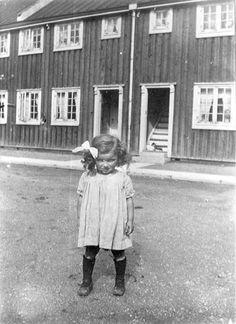 """Vigerslev Allé (1919), Københavns Bymuseum: Clara Svendsen, der senere skiftede efternavn til Selborn, blev kendt som sekretær for Karen Blixen på Rungstedlund.       Vigerslev Allé (1919), Københavns Bymuseum: This child is Clara Svendsen (1916-2008), who later changed her name into Clara Selborn. She became the private secretary of Isak Dinesen/Karen Blixen på Rungstedlund and wrote a biography over her; """"Notater om Karen Blixen"""", Gyldendal, 1974)."""