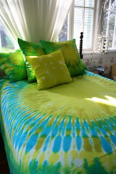 Tie Dyed King Duvet Cover by dyeworx on Etsy How To Tie Dye, How To Dye Fabric, Cama Tie Dye, Tie Dye Sheets, Tie Dye Crafts, Tie Dye Techniques, Tie Dye Designs, King Duvet, Queen Duvet