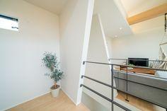 階段の吹抜けに面した壁を、斜めに造作して、デザインのアクセントにしました。 Divider, Desk, Room, Furniture, Home Decor, Bedroom, Desktop, Decoration Home, Room Decor