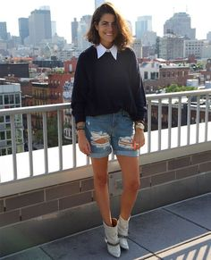 Look de Leandra Medine com bermuda, camisa e suéter por cima.