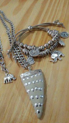 Collar HORN XL con cadena de acero quirúrgico y pulsera en gamuza doble con muchos dijes amuletos. No te los pierdas!  ☯