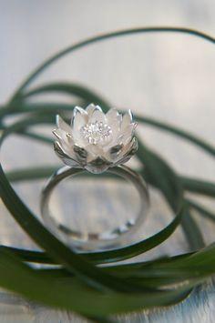 Bague fleur en argent lotus est sculpté à la main de feuille argentée, il dispose de plusieurs couches de pétales et moyen détaillé. Bords de cet
