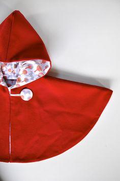 Cape bébé en lainage rouge entièrement doublée avec capuche imprimé Arbres/cheval : Mode Bébé par oobymanon