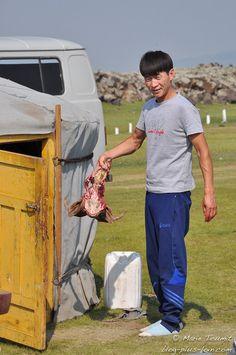 Préparation de la chèvre. Ici la tête... (Mongolie).
