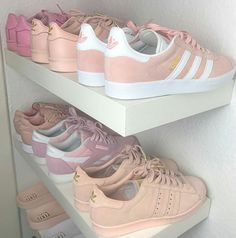 Adidas Campus suede sneaker in grey. Sneakers with distressed denim jeans. Adidas Originals Sneaker, Adidas Superstar, Adidas Shoes Women, Adidas Sneakers, Pink Sneakers, Vans Women, Pink Shoes, Adidas Outfit, Brown Sneakers