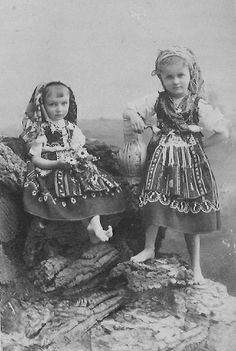 Portuguese Infantas (princesses) Dona Maria Benedita and Dona Isabel Maria in traditional costumes Isadora Duncan, Portuguese Royal Family, History Of Portugal, Thurn Und Taxis, Portuguese Culture, Azores, Prince And Princess, My Heritage, People Around The World