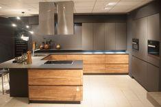 Op maat gemaakte greeploze, eiken keuken met warme kleuren. www.demulderkeukensopmaat.nl