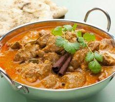 Ik at deze Indiase lamscurry voor het eerst in…Zuid-Afrika. Door het koloniale verleden heeft dit land een rijke en diverse eetcultuur. Tijdens geen enkele reis heb ik zo gevarieerd (en ontzettend lekker!) gegeten als in Zuid-Afrika. Deze curry smaakt heerlijk en is leuk om te serveren met allerlei bijgerechten …