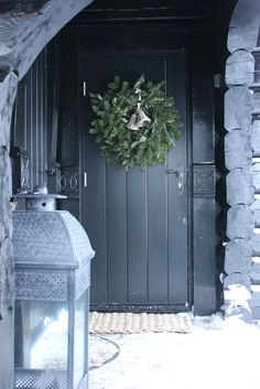 10 Classy Christmas Wreaths With Scandinavian Style - Styles & Decor Classy Christmas, Christmas Door, Blue Christmas, Rustic Christmas, Beautiful Christmas, Winter Christmas, All Things Christmas, Christmas Time, Christmas Wreaths