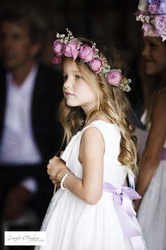 Delicadeza e romantismo, linda daminha usando coroa de flores naturais.