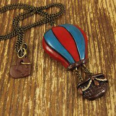 Hot Air Balloon Polymer Clay Necklace por rapscalliondesign en Etsy, $25.67