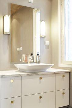 Yläkerran kylpyhuoneen ylellisessä kylpyhuoneessa jatkuu kaunis kultainen teema. Allaskaapin vetiminä on messingöidyt Ligo-nupit. #asuntokaupatsokkona #nelonen #jakso7 #vetimet #vedin #nuppi #sisustus #sisustussuunnittelu #keittiö #keittiösuunnittelu #Ligo #messingöity #helatukku Double Vanity, Bathroom, Washroom, Full Bath, Bath, Bathrooms, Double Sink Vanity