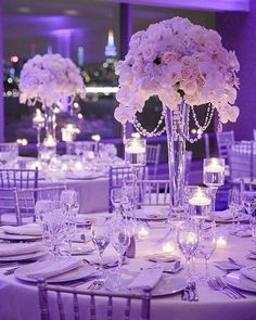Get a luxe look to your centerpieces with hanging crystals! || Photography: @wayneandangela