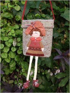 para regalar a una niña. precioso Purse Patterns, Doll Patterns, Handmade Purses, Kids Bags, Diy Doll, Quilting, Pouch, Christmas Ornaments, Sewing