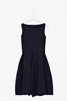 Dress with wide panels - 79 euros Black Dress Outfits, Cool Outfits, Fashion Outfits, Minimalist Dresses, Minimalist Fashion, Minimalist Wardrobe, Simple Black Dress, Classy Dress, Beautiful Outfits