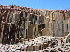 De Orgelpijpen. natuurlijke steenformatie in een rivierbedding