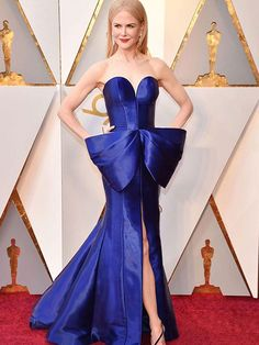 Nicole Kidman an Armani Privé dress at the Oscars 2018 red carpet. Oscars 2018 fashion, oscars 2018 red carpet, oscars 2018, celebrity fashion, celebrity looks, celebrity outfits, celebrity style, red carpet looks, red carpet 2018, cobalt dress.