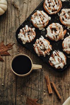 Apple Cinnamon Rolls, Cinnamon Recipes, Cinnamon Apples, Cinnamon Roll Frosting, Delicious Desserts, Dessert Recipes, Baked Apples, Snack, Food Inspiration