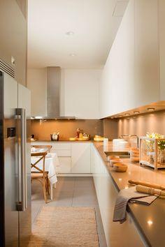 Cocina con muebles de cocina en blanco_ 00394857