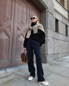 All the Cool-Girl's Wear Their Sweaters Like This - perfect casual street style outfit idea Look Fashion, Daily Fashion, Fashion Outfits, Womens Fashion, Street Fashion, Noora Style, Estilo Street, Winter Outfits, Casual Outfits