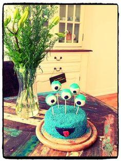 Das ist doch mal ein 'Monster' Hingucker! Lustig-leckerer Kuchen in schrillem Blau, der so verrückt aussieht wie er lecker schmeckt!