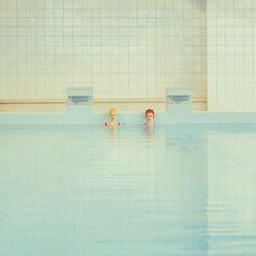 攝影師 Mária Švarbová 的攝影作品「Swimming Pool」,表現出一種非常簡約的攝影風格。通過調色和過度曝光,為照片增添一種安靜的氣氛,作品類似超現實主義和包含新藝術運動元素。