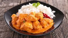 This aromatic chicken curry recipe is adapted from a classic Indian recipe. Curry powder, cinnamon, ginger root, cayenne pepper and paprika add heat, while coconut milk subtly flavors this dish. Serve with naan or jasmine rice. Banana Recipes, Snack Recipes, Cooking Recipes, Healthy Recipes, Salsa Curry, Chicken Lazone, Jamaican Cuisine, Indian Food Recipes, Ethnic Recipes