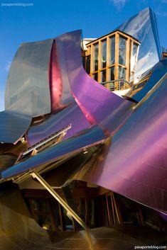 Bodegas  Marqués de Riscal.Pasar un fin de semana en el complejo diseñado por Frank Gehry, rodeado de viñedos e integrado en la bodega fundada por Camilo Hurtado de Amézaga en 1858, puede ser una de las experiencias más refinadas y exclusivas al alcance de alguien interesado por la bebida de Baco. A los históricos edificios de la bodega donde el tercer Marqués de Riscal inventó el rioja moderno se añadió en 2006 la futurista obra del autor del Guggenheim