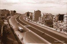 Burası tek tük otomobillerin bir tane de otobüsün geçtiği yol Millet Caddesi. Yani Fındıkzade'den Aksaray'a inen, Çapa Hastanesi'nin bulunduğu yol. Fotoğraf 1960'tan. Fotoğraftaki kâgir evler birkaç yıl sonra betonarme binalara dönüşecek.