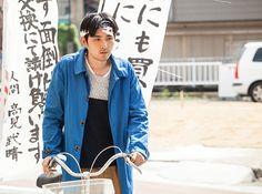 4月4日から公開される松尾スズキ監督の映画『ジヌよさらば~かむろば村へ~』の特報と劇中ビジュアルが公開された。 公開された映像では、松田龍平が演じる「お金恐怖症」の元銀行マン・タケが、札や小銭を見て倒れるシーンや、金銭を使わない生活を送ろうと試みる様子に加え、世話焼きな村長・・・
