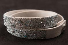 Toles Armband in verschiedenen Farben erhältlich mit Kristallen von Swarovski handmade in Austria Cuff Bracelets, Swarovski, Abs, Jewelry, Fashion, Crystals, Random Stuff, Colors, Jewlery