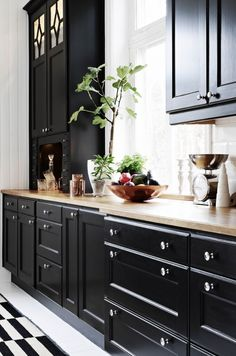 "Hellre en strålande fredag än en ""Black Friday"" I like dark kitchens. Country Kitchen, New Kitchen, Kitchen Dining, Kitchen Decor, Kitchen Knobs, Home Interior, Interior Design Kitchen, Interior Design Living Room, Beautiful Kitchens"