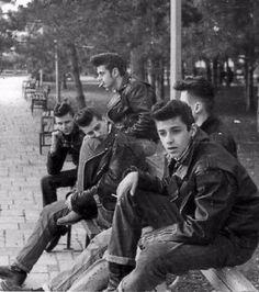 Parce que les groupes de ''loubards'' en 1950 avaient la classe et on les appelait les blousons noirs