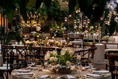 Casamento na fazenda pede uma decoração aconchegante. Foi pensando nisso que Adriana Malouf criou esta linda ambientação na Vila Rica! Os arranjos eram ess