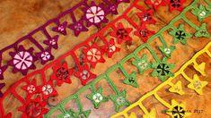 gehäkelte Sternenketten mit recycelten Knöpfen - mehr unter www.weanerantn.at Tree Skirts, Bohemian Rug, Christmas Tree, Rugs, Holiday Decor, Home Decor, Recyle, Sterne, Chain