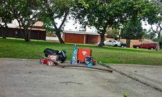 En un lujoso barrio sanisisdrino los pirotécnicos estuvieron muy pedidos. Allí yacen restos de pólvora sin nadie que los recoja [Foto: Jack Hurtado / Spacio Libre]